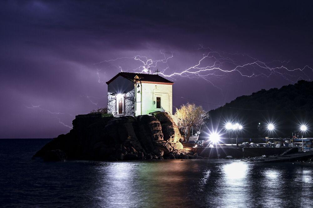عاصفة رعدية في قرية سكالا سيكامياس، شمال ليسبوس، اليونان 2 فبراير 2020