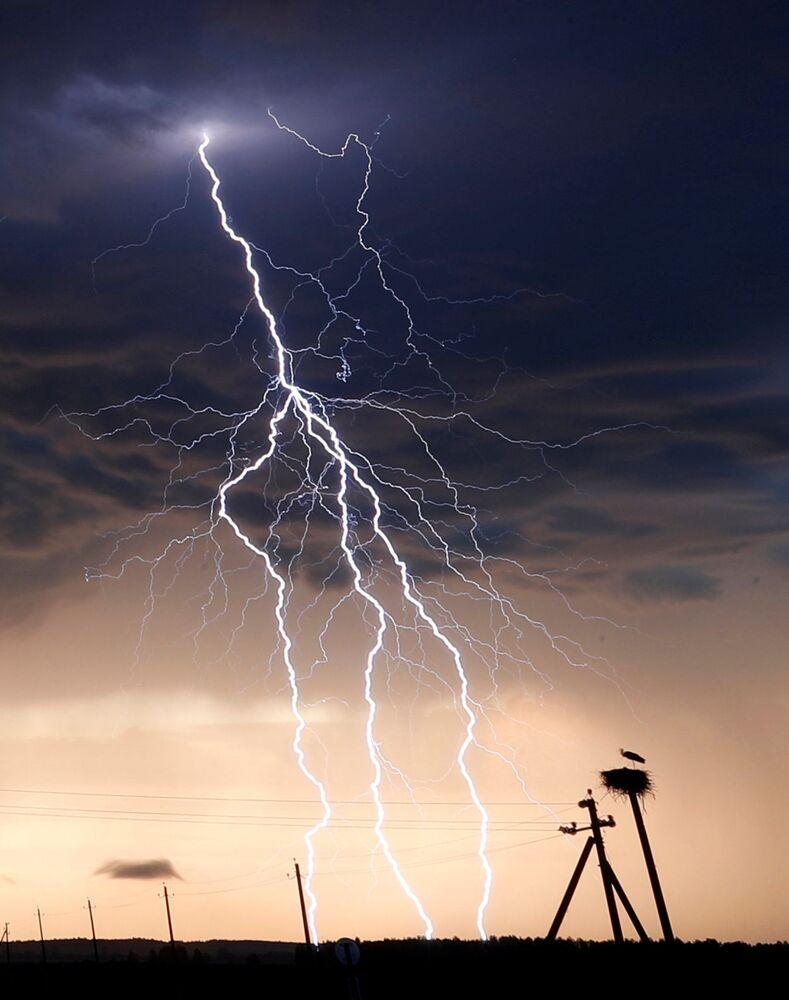 عاصفة رعدية بالقرب من بلدة فولوجين، بيلاروسيا، 9 يونيو 2020