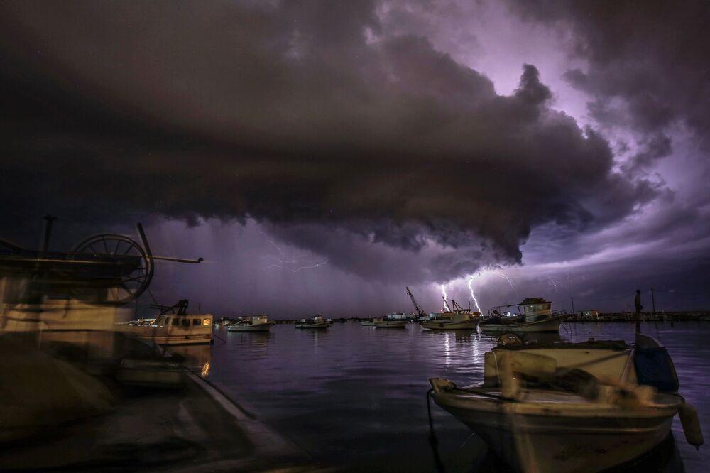 عاصفة رعدية فوق ميناء مدينة طرابلس، لبنان، 8 يناير 2020