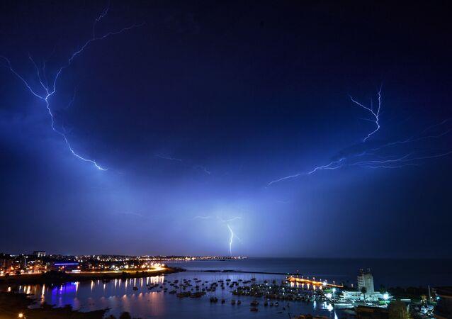 عاصفة رعدية فوق مدينة مونتيفيديو، أوروغواي، 20 مايو 2020