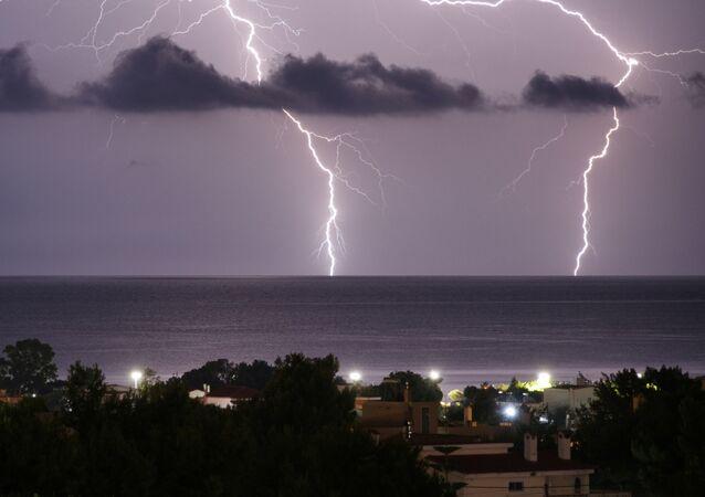 عاصفة رعدية فوق المدينة الساحلية أرتميدا، اليونان، 23 يونيو 2020