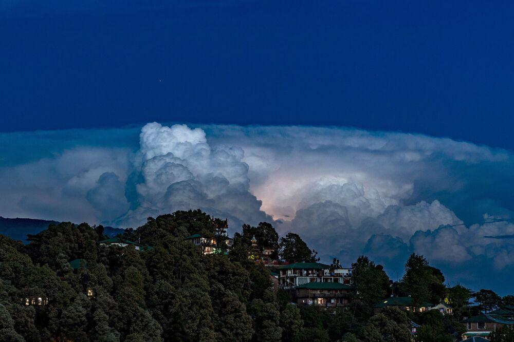 عاصفة رعدية فوق مدينة دارامسالا، الهند، 19 أبريل 2020