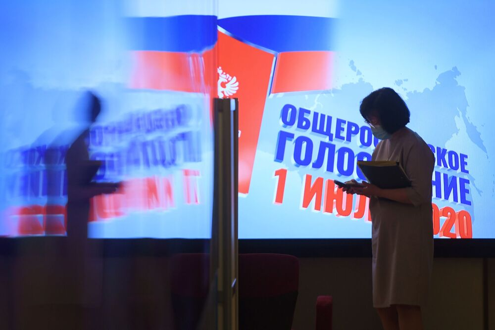 امرأة ترتدي كمامة في المركز الإعلامي التابع للجنة المركزية للانتخابات الدستورية في موسكو. حيث يجري في روسيا التصويت على التعديلات الدستورية لروسيا الاتحادية (25 يونيو - 1 يوليو)