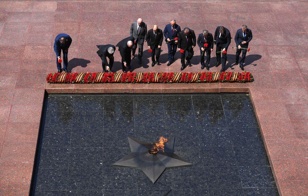 الرئيس الروسي فلاديمير بوتين أثناء مراسم وضع أكاليل الزهور على النصب التذكاري ضريح الجندي المجهول في حديقة ألكسندر في موسكو، في عيد النصر  24يونيو 2020