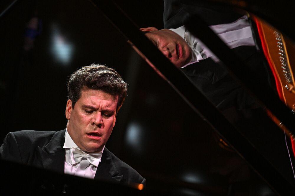 عازف البيانو المشهور، الروسي دنيس ماتسويف، خلال حفل  شو أون عبر الإنترنت، 13 يونيو 2020