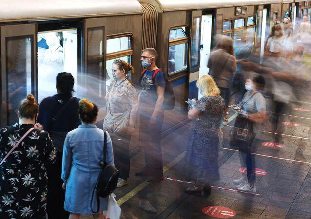 ركاب محطة مترو أرباتسكايا في موسكو بعد رفع قيود العزل الذاتي في موسكو منذ 9 يونيو 2020