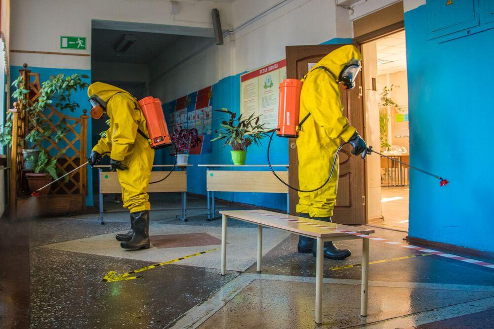 موظفو وزارة الطوارئ الروسية أثناء عملية التعقيم في  أحد مراكز الاقتراع في منطقة تيفر، روسيا 25 يونيو 2020