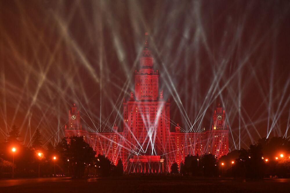 أضواء النصر أمام مبنى الجامعة الحكومية موسكو بمناسبة عيد النصر، الذكرى الـ75 للانتصار على النازية في الحرب الوطنية العظمى (1941-1945) في العاصمة موسكو