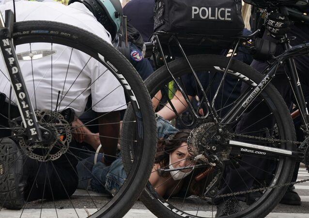 اعتقال الشرطة لأحد المحتجين في مظاهرات جورج فلويد واسعة النطاق في نيويورك، الولايات المتحدة، 1 يونيو 2020