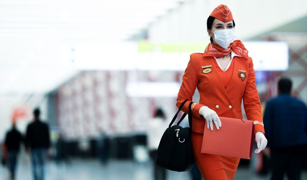 عودة خطوط الطيران الجوية إلى العمل، في إطار تخفيف موجة انتشار كورونا في العالم - مضيفة الطيران لشركة آيروفلوت في مطار شيريميتيفو في موسكو، روسيا يونيو 2020