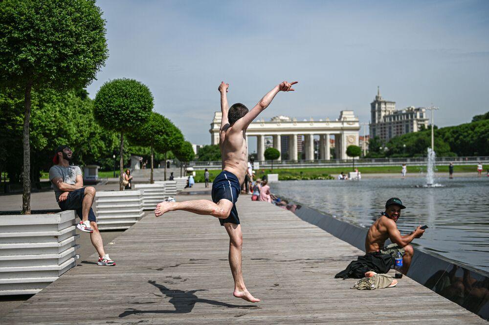 أهالي موسكو يهربون إلى نوافير الحدائق العامة من حر الصيف في أوائل 16 يونيو 2020