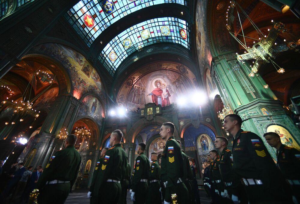 القوات الروسية قبيل بدء مراسم افتتاح كنيسة الرئيسية للقوات المسلحة الروسية في متنزه باتريوت بالقرب من موسكو، الدفاع الروسية، روسيا 14 يونيو 2020