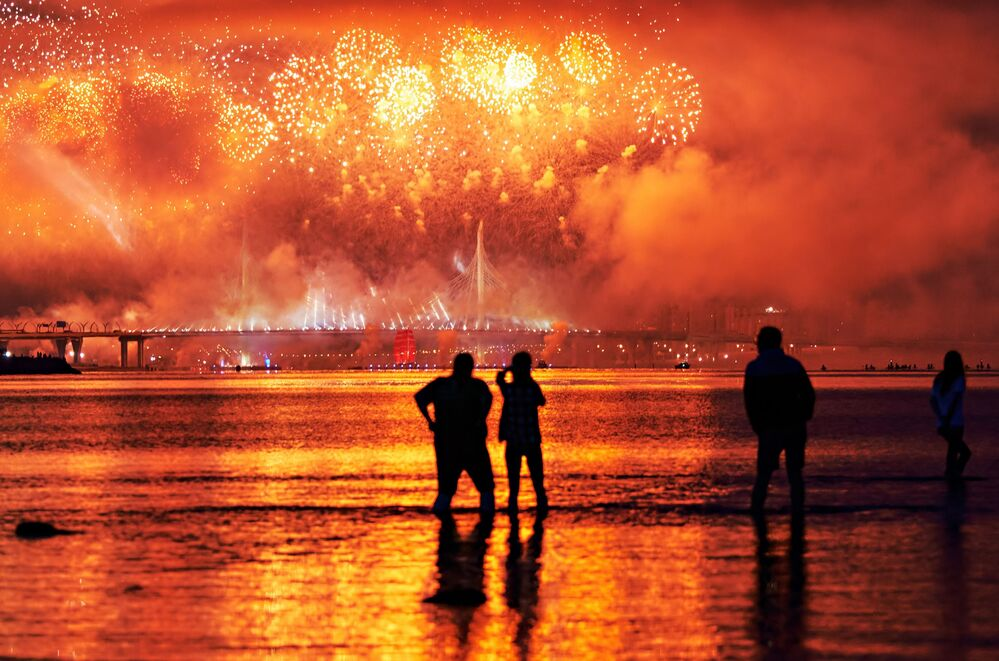 الألعاب النارية في مهرجان آليه باروسا) الأشرعة الحمراء في سان بطرسبورغ، وهو احتفال سنوي بمناسبة تخرج تلاميذ المدارس في روسيا، الذي أقيم هذا العام دون حضور يذكر بسبب كورونا، 27 يونيو 2020
