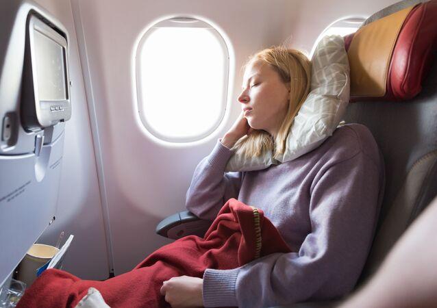 فتاة نائمة في طائرة مدنية