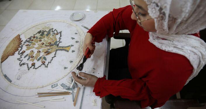 """فقدت ذراعها في عمر التسعة أشهر.. فنانة أردنية تغلبت على """"مصابها"""" بإنجاز.. صور"""