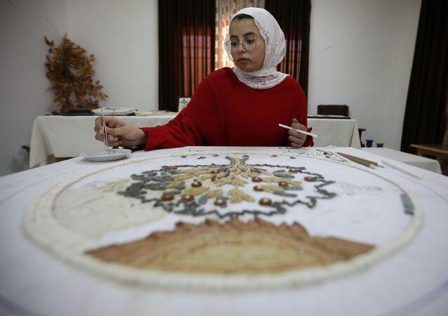 الفنانة راما أبو حشيش.. فقدت ذراعها وأنجزت