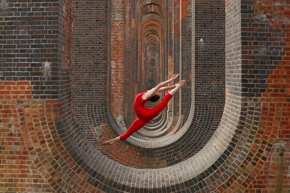 راقصة الجمباز الإيقاعي والراقصة هانا مارتن خلال جلسة تدريبية في جسر أوس فالي فياداكت، بعد تخفيف قيود كورونا، ساسكس ، بريطانيا ، 29 يونيو 2020.