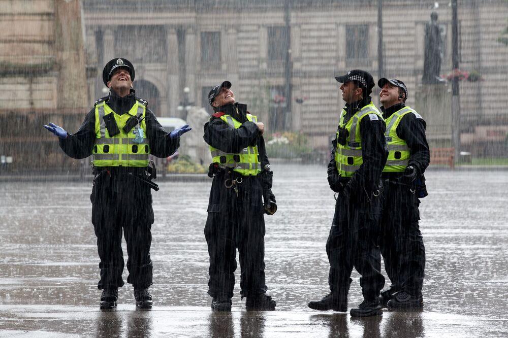 مراقب الشرطة في جورج سكوير، غلاسكو في 27 يونيو 2020 ، بعد تقارير أفادت بوقوع مظاهرة بعد حادثة طعن في فندق بارك إن في اليوم السابق. قالت الشرطة الإسكتلندية ، يوم الجمعة، إن ضباط مسلحين أطلقوا النار على رجل بعد أن طعن مشتبه به ستة أشخاص في غلاسكو، بينهم أحد زملائهم.