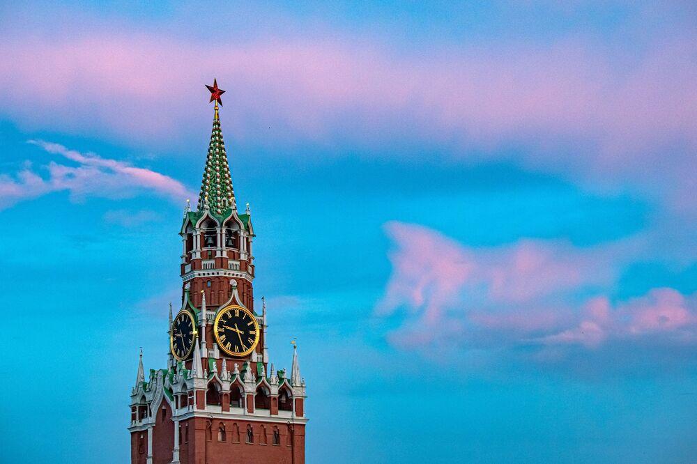 برج سباسكايا على خلفية غروب شمس جميل على الساحة الحمراء، موسكو  27 يونيو 2020