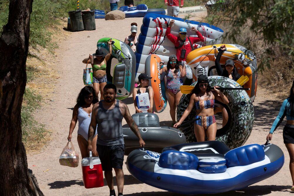 الناس يسيرون في طوابير إلى منطقة نهر سولت وسط تفشي مرض فيروس كورونا كوفيد-19 في أريزونا، الولايات المتحدة 27 يونيو 2020.