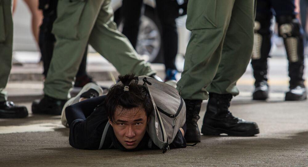 الشرطة تعتقل متظاهرا ضد قانون الأمن القومي الجديد في هونغ كونغ، 1 يوليو 2020