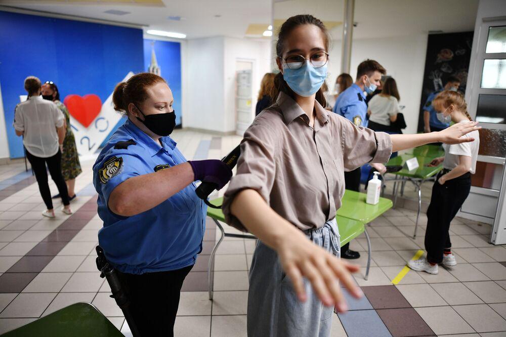 فحص تلاميذ المدرسة رقم 2030 قبل دخول  قاعة الامتحانات الحكومية الموحدة، وسط مخاوف من تفشي مرض كوفيد-19 في موسكو، روسيا، 3 يوليو 2020