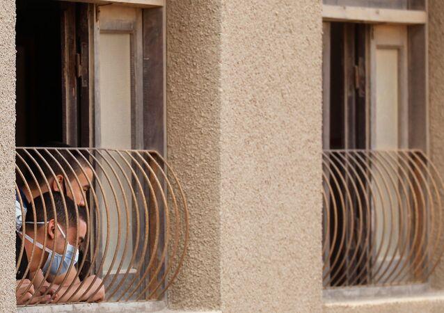 طلاب في الثانوية العامة يرتدون كمامات في القاعة في اليوم الأول من الامتحانات النهائية، وسط مخاوف من تفشي مرض كوفيد-19 في القاهرة، مصر، 21 يونيو 2020