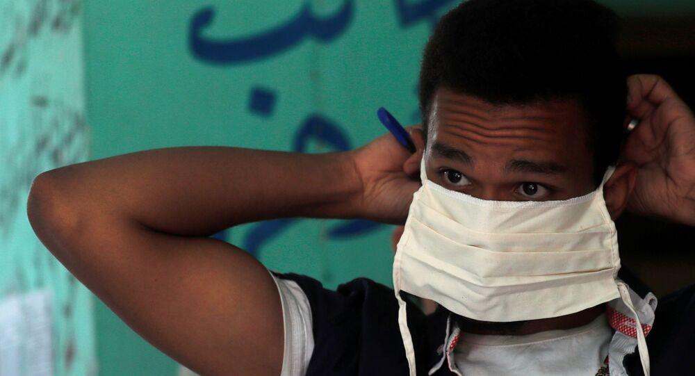 تلميذ في المرحلة الإعدادية يرتدي كمامة قبل دخوله قاعة الامتحانات النهائية، وسط مخاوف من تفشي مرض كوفيد-19 في القاهرة، مصر، 21 يونيو 2020