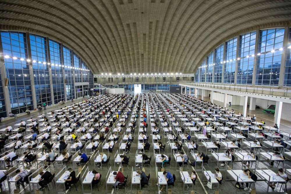 اختبار قبول في جامعة في بلغراد، مع الحفاظ على مسافة التباعد الاجتماعي، صربيا 30 يونيو 2020