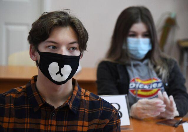 تلاميذ قبل دخول قاعة الامتحانات الحكومية الموحدة، يرتدون كمامات وسط مخاوف من تفشي مرض كوفيد-19 في فلاديفوستوك، روسيا، 3 يوليو 2020