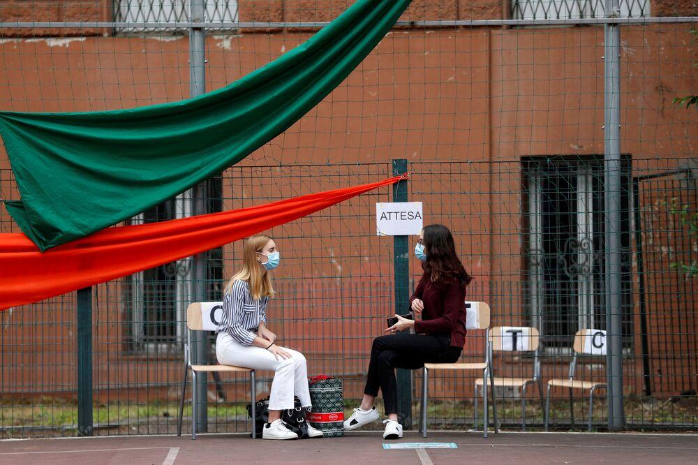 تلاميذ مدرسة ج.ف. كينيدي  ينتظرون دورهم لدخول قاعة الامتحانات الحكومية الموحدة، وسط مخاوف من تفشي مرض كوفيد-19 في روما، إيطاليا، 17 يونيو2020