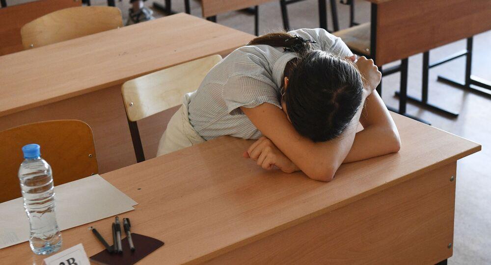 طالبة في الفصل الدراسي قبل بدء الامتحان الحكومي الموحد في علوم الكمبيوتر في المركز التربوي للألعاب الرياضية رقم 6 غورنوستاي في نوفوسيبيرسك الروسية، 3 يوليو 2020