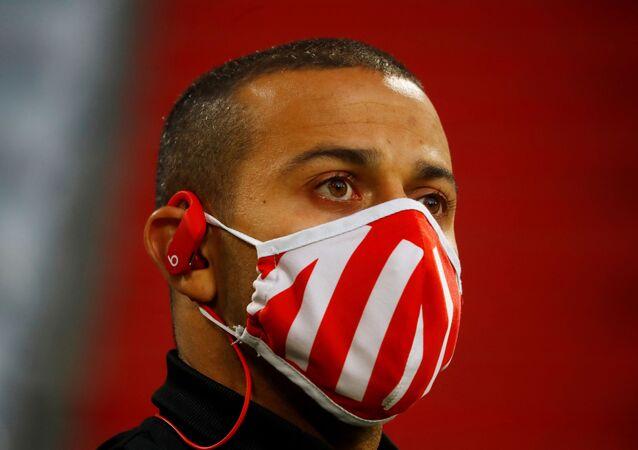 تياغو ألكانتارا، لاعب نادي بايرن ميونيخ الألماني يرتدي قناع الوجه قبل المباراة