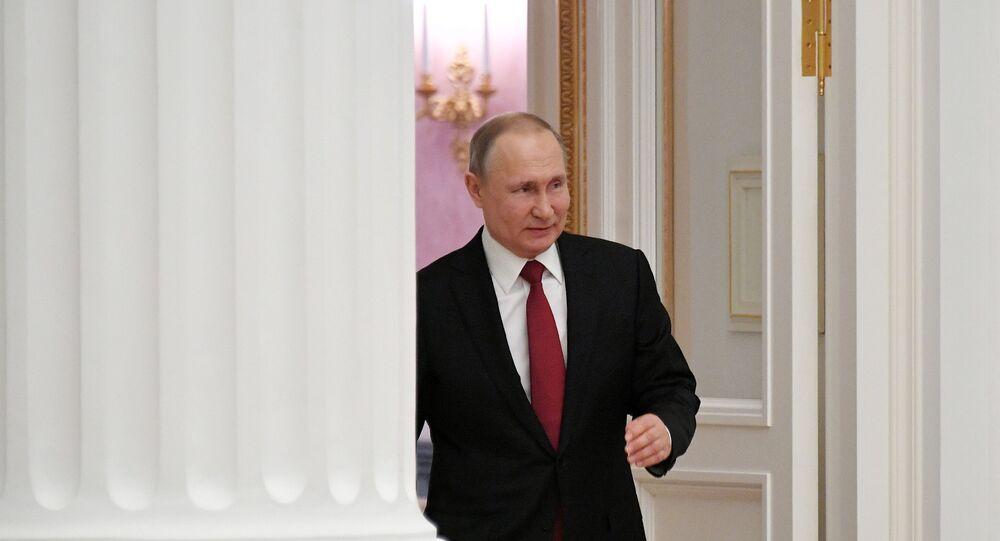 الرئيس الروسي فلاديمير بوتين يمشي في قصر الكرملين