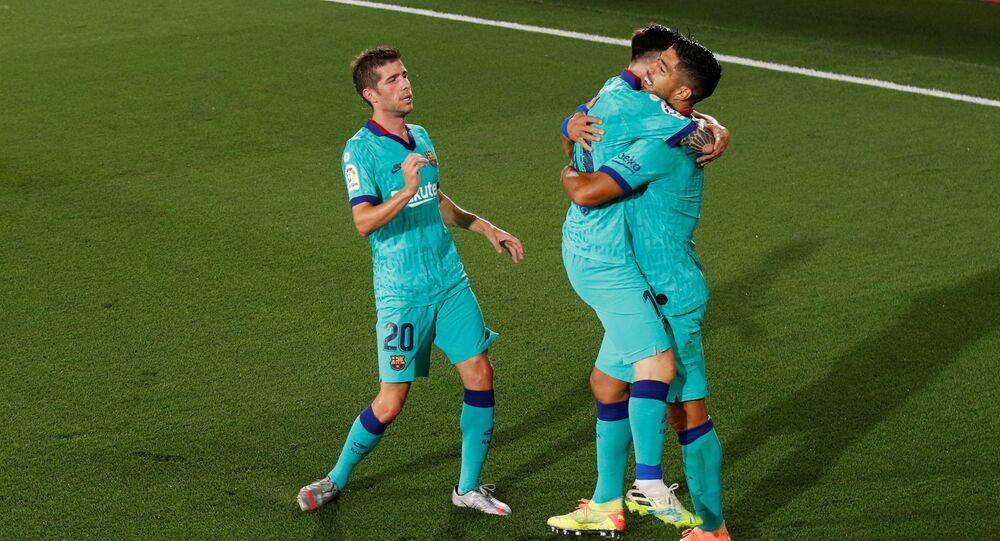 لاعبو برشلونة يحتفلون بالفوز على فياريال (4-1) في الدوري الإسباني