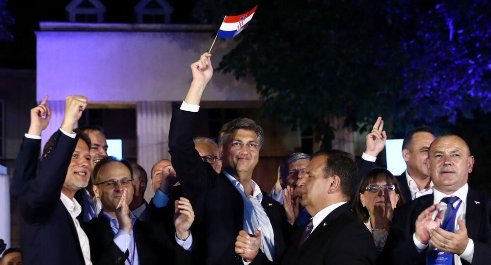 رئيس الوزراء أندريه بلينكوفيتش يرفع علم بلاده بعد فوز حزبه في الانتخابات البرلمانية