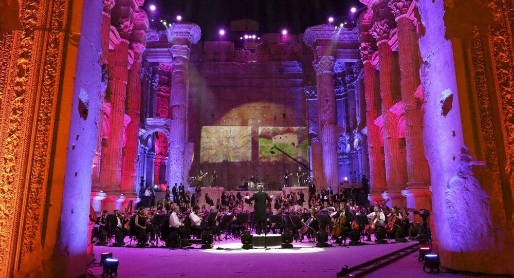المايسترو هاروت فازليان في مهرجان موسيقي بعنوان صوت الصمود في معبد باخوس في بعلبك، لبنان 4 يوليو 2020