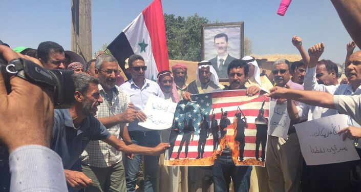 أهالي قرية طرطب شرقي سوريا يحرقون الأعلام الأمريكية