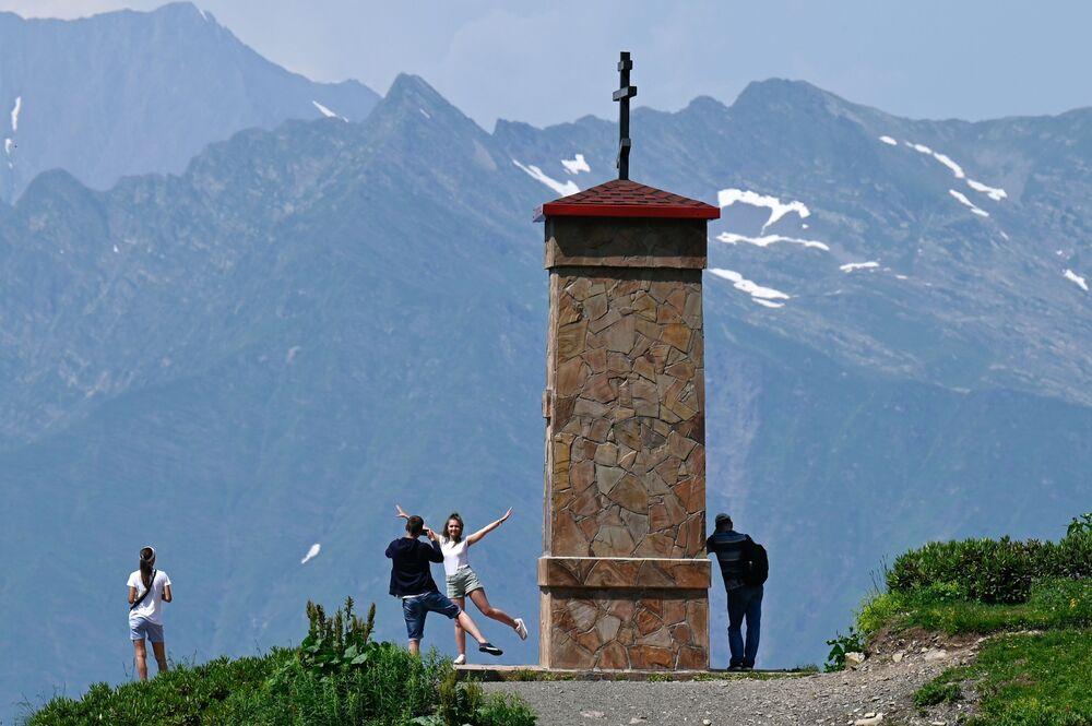 السياحة داخل روسيا صيفا، مصطافون في المنتجع السياحي كراسنايا بوليانا في إقليم كراسنودارسكي كراي، روسيا 7 يوليو 2020